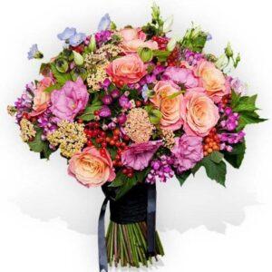 Bouquet misto rose, lisantus, bouvardia e bacche rosse