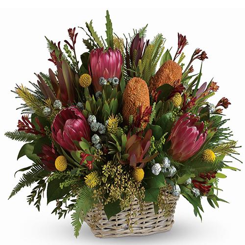 composizione in cesto con fiori misti tropicali