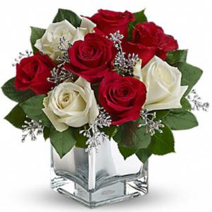 composizione rose rosse e bianche con vaso in vetro