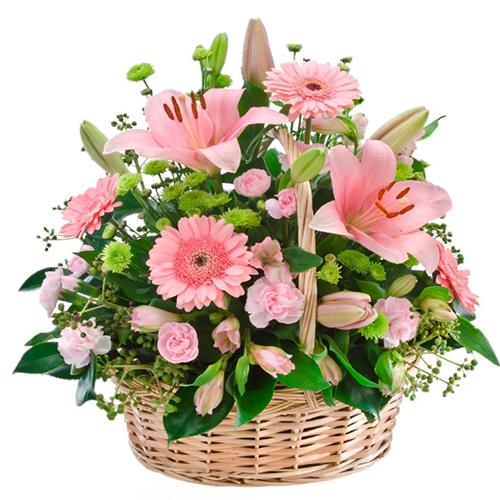 composizione in cesto fiori misti di stagione di colore chiaro