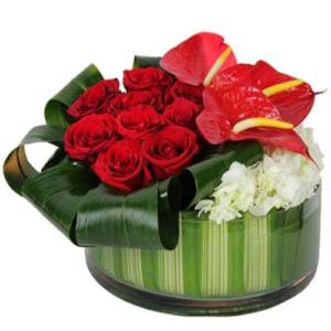 composizione rose rosse e anthurium con vaso in vetro